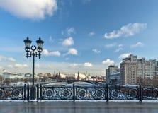 Moskou, Rusland - Februari 22, 2018: Patriarshybrug, Omheining en Lantaarn, het Kremlin en de het Verscheidenheidstheater, de bru Royalty-vrije Stock Foto's