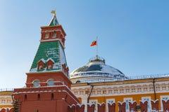 Moskou, Rusland - Februari 01, 2018: Senaatspaleis op de blauwe hemelachtergrond Moskou het Kremlin bij zonnige de winterdag Stock Afbeelding