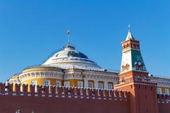 Moskou, Rusland - Februari 01, 2018: Senaatspaleis op de blauwe hemelachtergrond Moskou het Kremlin bij zonnige de winterdag Stock Afbeeldingen