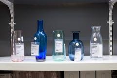 Moskou, Rusland - Februari 10, 2018: Steekproeven voor Verkoop van Glasswar Stock Afbeeldingen