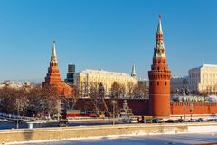 Moskou, Rusland - Februari 01, 2018: Vestingsmuur en van Moskou het Kremlin torens bij zonnige de winterdag Meningen van Bol ` sh Stock Afbeeldingen