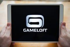 Moskou/Rusland - Februari 25, 2019: Witte ipad ter beschikking Op het het schermembleem GAMELOFT royalty-vrije stock fotografie