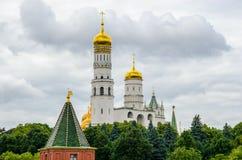 Moskou, Rusland Ivan de Grote klokketoren achter de muur van het Kremlin royalty-vrije stock afbeeldingen