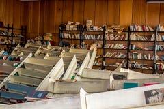 Moskou, Rusland - Januari 2015: De verlaten bibliotheek van de fabriek, de gevallen planken met boeken royalty-vrije stock afbeelding