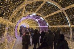 Moskou, Rusland - Januari 17, 2015 Een gloeiende lange Kerstmistunnel is 150 meters op Tverskoy-Boulevard Royalty-vrije Stock Afbeelding