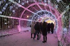 Moskou, Rusland - Januari 17, 2015 Een gloeiende lange Kerstmistunnel is 150 meters op Tverskoy-Boulevard Stock Foto's
