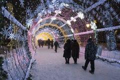 Moskou, Rusland - Januari 17, 2015 Een gloeiende lange Kerstmistunnel is 150 meters op Tverskoy-Boulevard Royalty-vrije Stock Foto