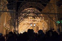 MOSKOU, RUSLAND - Januari 10 3016 Festival - Kerstmis licht op straat Nikolskaya Stock Fotografie