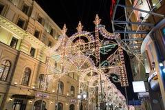 MOSKOU, RUSLAND - Januari 10 3016 Festival - Kerstmis licht op straat Nikolskaya in het stadscentrum Royalty-vrije Stock Afbeeldingen