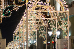 MOSKOU, RUSLAND - Januari 10 3016 Festival - Kerstmis licht op straat Nikolskaya in het stadscentrum Royalty-vrije Stock Afbeelding