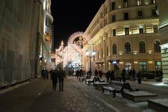 MOSKOU, RUSLAND - Januari 10 3016 Festival - Kerstmis licht op straat Nikolskaya in stadscentrum Royalty-vrije Stock Fotografie