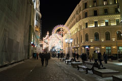 MOSKOU, RUSLAND - Januari 10 3016 Festival - Kerstmis licht op straat Nikolskaya in stadscentrum Stock Foto