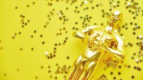 Moskou, Rusland - Januari 31, 2019: gouden het standbeeldtrofee van Oscar op een gouden achtergrond, symbool van de overwinning v royalty-vrije stock afbeeldingen