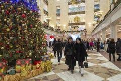 MOSKOU, RUSLAND - Januari 10 2016 Het binnenland van centrale zaal met Kerstmisspar in de Wereld van opslag Centrale Kinderen Stock Fotografie