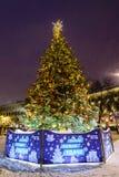 Moskou, 3 Rusland-Januari, 2019: Kerstmis en van het Nieuwjaar grote spar van VTB-Bank in de avond in sneeuwval Ilyinskyvierkant stock foto