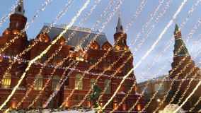 Moskou, Rusland - Januari 3, 2016: Kerstmisdecoratie in de stad van Moskou op Rood vierkant dichtbij het Kremlin stock footage