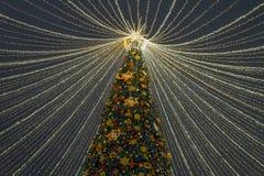 Moskou, Rusland - Januari 2 2019 Mooie sparren op Lubyanka-Vierkant tijdens festivalreis aan Kerstmis Decoratie met embleem stock afbeelding