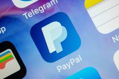 MOSKOU, RUSLAND - JANUARI 11, 2018: Pictogram van de de betalingstoepassing van Paypal het online op lcd het scherm stock afbeelding
