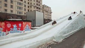 MOSKOU, RUSLAND - JANUARI 1, 2017: Sneeuwbuizenstelseldia Kinderen op de slee Nieuw jaarthema stock footage