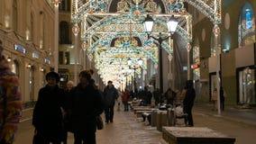 MOSKOU, RUSLAND, 15 Januari, 2017: Timelapse Van stadsingezetenen en toeristen wandeling door Kerstmis verfraaide stad stock footage