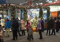 Moskou, Rusland - Januari 2 2019 vakantiegangen van Mica en gasten tijdens Kerstmisfestival De Brug van straatkuznetsky stock foto