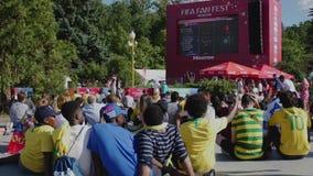 MOSKOU, RUSLAND - JULI 2, 2018: de fans letten voetbal op spel op het grote scherm tussen Brazilië-Mexico tijdens de 21ste Wereld stock footage
