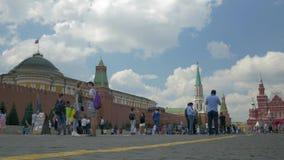 Moskou, Rusland, 27 Juli, 2018 Ingezetenen en toeristen die op rood vierkant lopen Zij worden gefotografeerd tegen de achtergrond stock footage