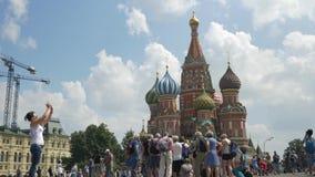 Moskou, Rusland, 27 Juli, 2018 Ingezetenen en toeristen die op rood vierkant lopen Zij worden gefotografeerd tegen de achtergrond stock videobeelden