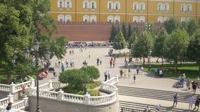 Moskou, Rusland, 27 Juli, 2018 Mening van Alexander Garden De ingezetenen en de gasten van het kapitaal houden van in te lopen stock videobeelden