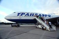 Moskou, RUSLAND - JULI 28: Passagiers die een vliegtuig op 28 Juli, 2014 inschepen Royalty-vrije Stock Fotografie