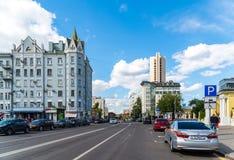 MOSKOU, RUSLAND - Juli 24 2017 Shchepkinastraat en oud Voordelig huis Royalty-vrije Stock Fotografie
