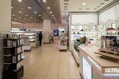 Moskou, Rusland - Juli 25 2017 Verkoop van parfums en schoonheidsmiddelen in winkel Zum Stock Fotografie