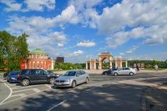 Moskou, Rusland - Juni 08, 2016 Auto's vooraan vóór Ingang aan museum-landgoed Tsaritsyno worden geparkeerd die Royalty-vrije Stock Foto's