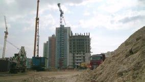 Moskou, Rusland - Juni, 2018: Bouw van flats scène Vrachtwagen in actie betreffende een bouwwerf Vrachtwagen bij stock video