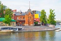 MOSKOU, RUSLAND - JUNI 14, 2016: de bouw van de Keizerclub van het rivierjacht Royalty-vrije Stock Foto's