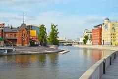MOSKOU, RUSLAND - JUNI 14, 2016: de bouw van de Keizerclub van het rivierjacht Royalty-vrije Stock Foto