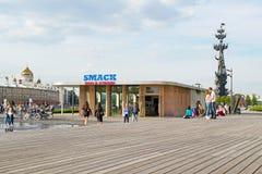 MOSKOU, RUSLAND - JUNI 14, 2016: De jongeren kust op de achtergrond van een koffieklapzoen Royalty-vrije Stock Foto