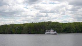MOSKOU, RUSLAND - JUNI, 4, 2017: De schipzeilen op de Moskva-Rivier in het Kolomenskoye-Park stock videobeelden