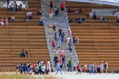 Moskou, Rusland - Juni 21, 2018: De toeristen lopen op Zaryadye-Park in historisch centrum van Moskou bij zonnige de zomerochtend stock foto