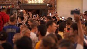 Moskou, Rusland, 28 Juni, de Wereldbeker Rusland van FIFA van 2018 2018 Ventilators van overal wereld is gelukkig samen te komen stock footage