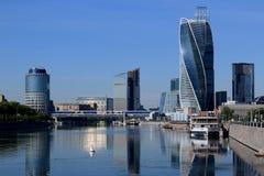 Moskou, Rusland - Juni 16, 2018: Een brug die twee dijken in Moskou verbinden royalty-vrije stock foto's