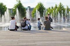 MOSKOU, RUSLAND - JUNI 14, 2016: een Jonge fotograaf neemt beelden Stock Fotografie