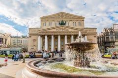 MOSKOU, RUSLAND - JUNI 2017: Fontein en Bolshoi-Theater tijdens de zomerdag Het beroemde oriëntatiepunt van Moskou stock afbeelding