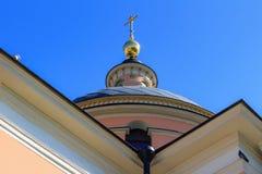 Moskou, Rusland - Juni 03, 2018: Gouden koepel van tempel van Grote Martelaar Barbara op Varvarka-straat in Moskou tegen blauwe h royalty-vrije stock afbeelding