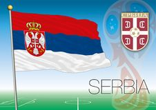 MOSKOU, RUSLAND, juni-juli 2018 - de Wereldbekerembleem van Rusland 2018 en de vlag van Servië Royalty-vrije Stock Fotografie