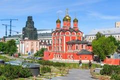 Moskou, Rusland - Juni 03, 2018: Kathedraal van Moeder van Godsteken van Vroeger Znamensky-Klooster in Moskou bij zonnige dag stock afbeeldingen