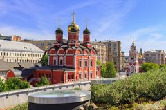 Moskou, Rusland - Juni 03, 2018: Kathedraal van Moeder van Godsteken van Vroeger Znamensky-Klooster in Moskou Mening van Zaryadye royalty-vrije stock afbeelding