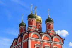 Moskou, Rusland - Juni 03, 2018: Koepels van Kathedraal van Moeder van Godsteken van Vroeger Znamensky-Klooster in Moskou bij zon stock afbeeldingen