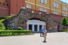 Moskou, Rusland - Juni 03, 2018: Paviljoen-ruïnes Grot dichtbij de Middenarsenaaltoren van Moskou het Kremlin in de zomer royalty-vrije stock foto's