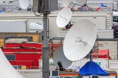 Moskou, Rusland - Juni 21, 2018: Satellietschotels van mobiele TV-studio'sclose-up op Rood vierkant in Moskou stock fotografie